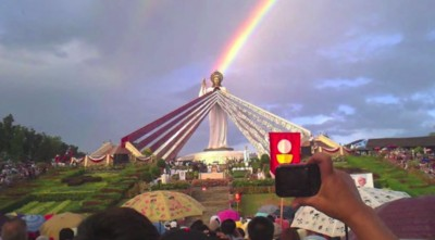 Watch God Shine Rainbow On Giant Statue Of Jesus & Flash Holy Light Rays In The Sky (MUST SEE!)