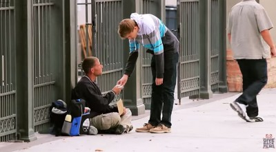 These Priceless Reactions of Homeless Receiving $100 Bills Will Have Your Heart Melting